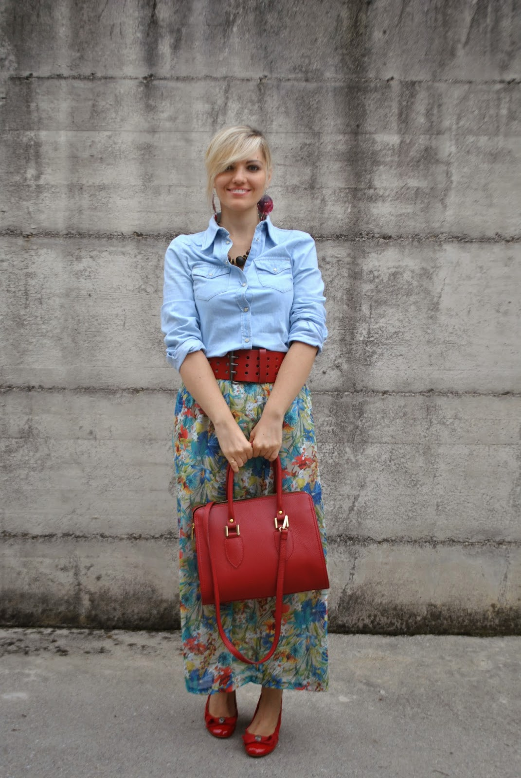 outfit gonna lunga a fiori e camicia in denim come abbinare la gonna stampa a fiori abbinamenti gonna stampa a fiori abbinamenti long skirt come indossare la gonna lunga outfit gonna lunga outfit long skirt outfit camicia jeans come abbinare la camicia jeans outfit borsa rossa come abbinare la borsa rossa abbinamenti borsa rossa outfit scarpe rosse outfit ballerine rosse ballerine rosse fornarina orecchini modi e mode outfit luglio 2014 outfit estate 2014 outfit estivi outfit mariafelicia magno fashion blogger di colorblock by felym fashion blogger bionde fashion blogger italiane fashion blogger milano