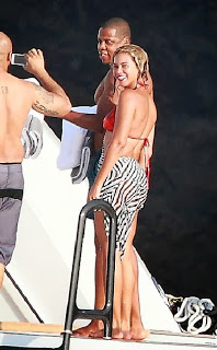 Beyonce Knowles wears a Red Bikini to celebrates her 32th birthday at Italy