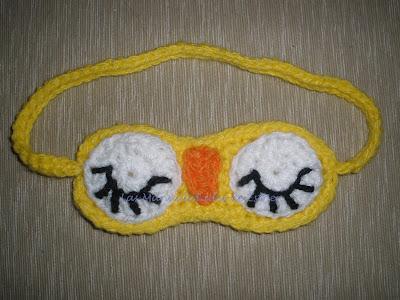 Máscara de dormir hecha a crochet con la forma de buho.