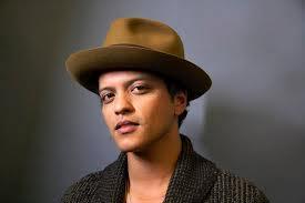 Bruno Mars de chapéu