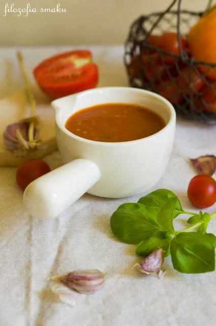 Zupa z pieczonych pomidorów z bazylią