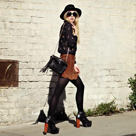 meia calça, inverno, sapato, saia de couro, bolsa de franja, camisa e chapéu