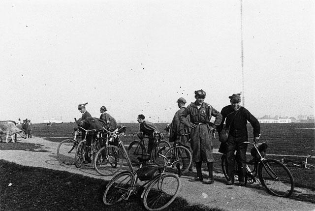 Końskie - okolice, sekcja kolarska Sokoła.  Fotografia z początku lat trzydziestych XX wieku. Fot. z kolekcji KW