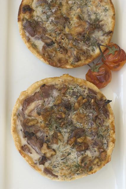 טארטלט ריבת בצל ושומר עם גבינה כחולה