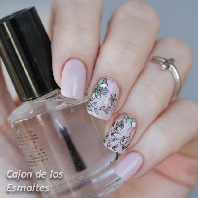 decoracion de uñas con flores y tonos nude