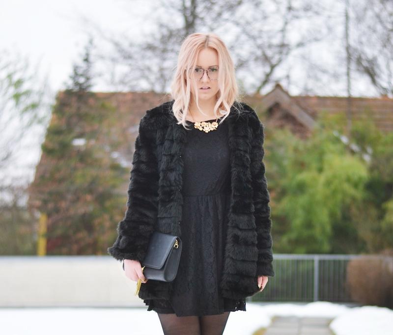 Outfit_schwarzes_Spitzenkleid_Felljacke