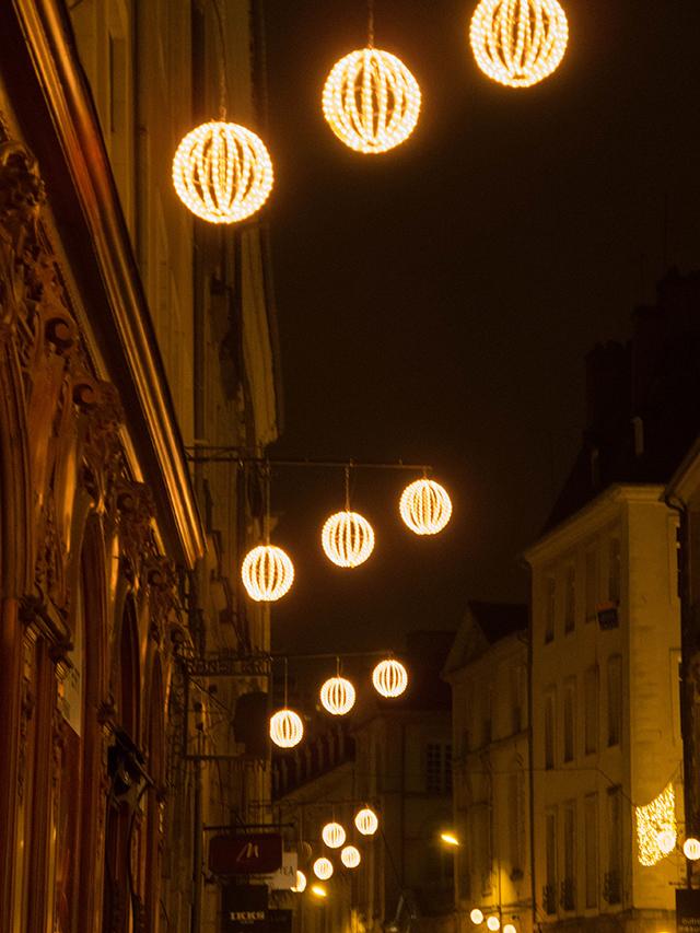 blog Rennes la paillette décorations Noel guirlandes lumineuses boules dorées