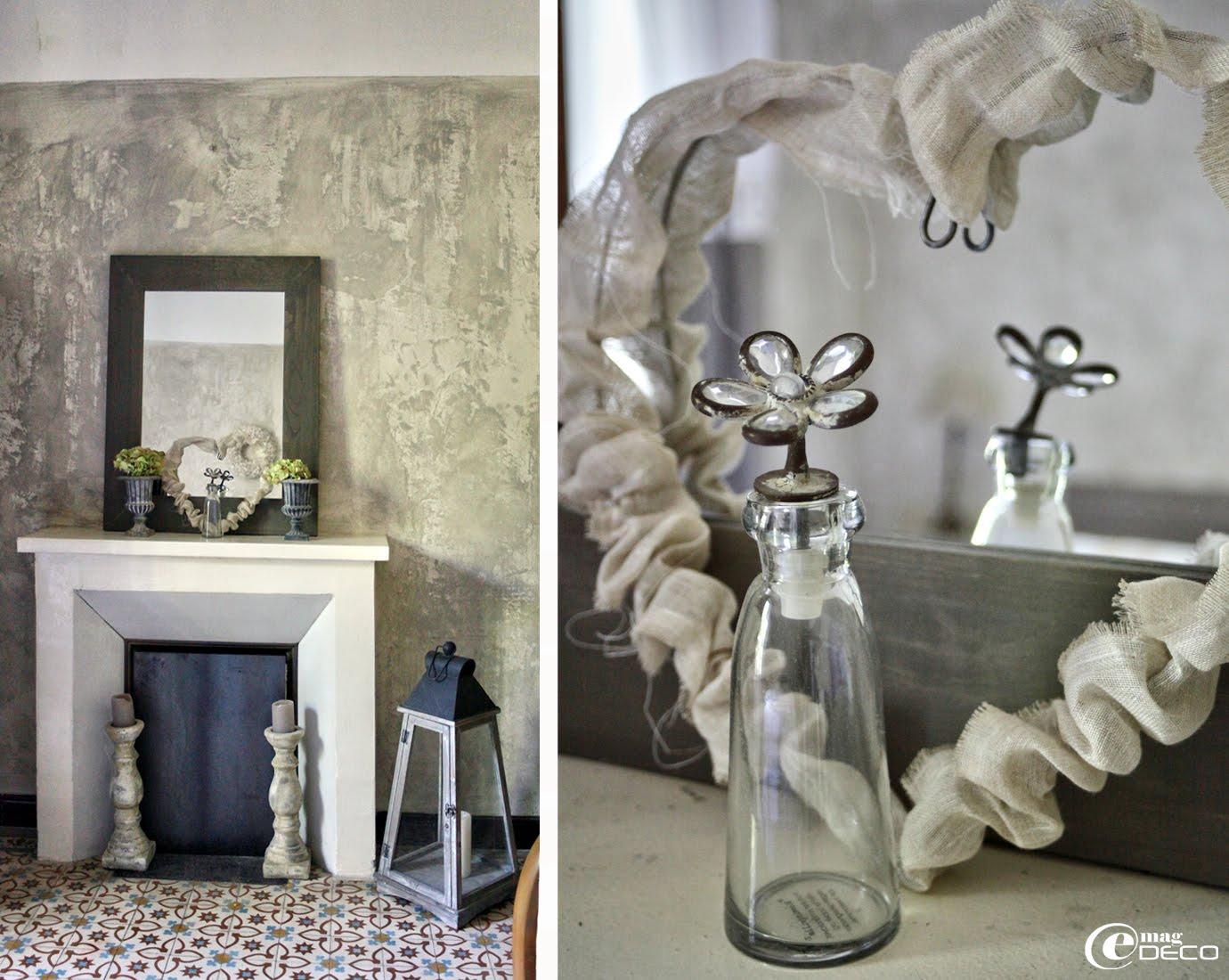 Sur la tablette d'une cheminée, vases Médicis, bougeoirs en terre cuite patinée, cœur en fil de fer et toile à beurre Un Esprit en Plus