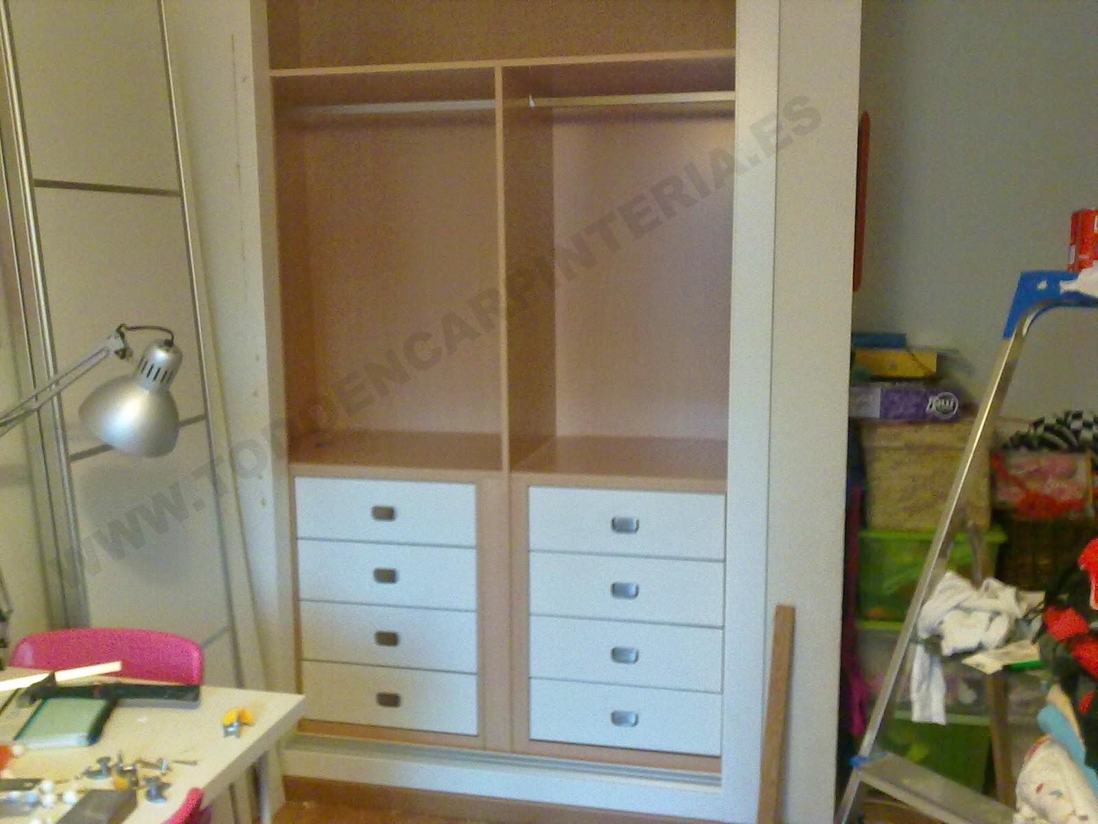 Interior de armario de cajoneras de color blanco