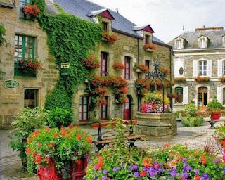los blacones de una plaza llenos de flores
