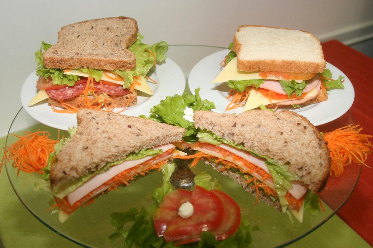 SanduícheSimples:Pão,Presunto,Mussarela,Tomate e Alface.