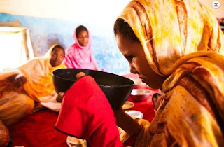artikel-populer.blogspot.com - Agar Cantik Suku Mauritania Melakukan Proses Pengemuk Paksa