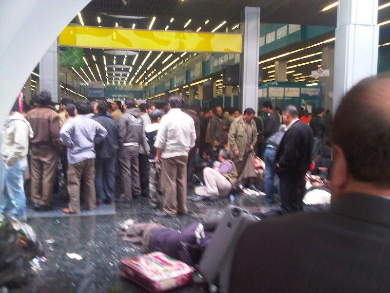 Cientos de personas en  Aeropuerto  de Trípoli
