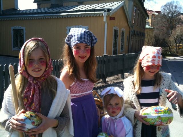 Ganz junge Frauen auf der Insel Djurgården, östlich von Stockholm