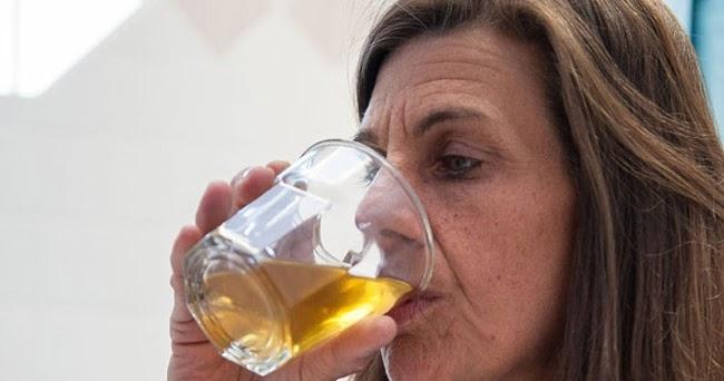 Chica bebiendo su propia orina porno