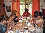El grupo de chicas muy concentradas , en pleno trabajo.