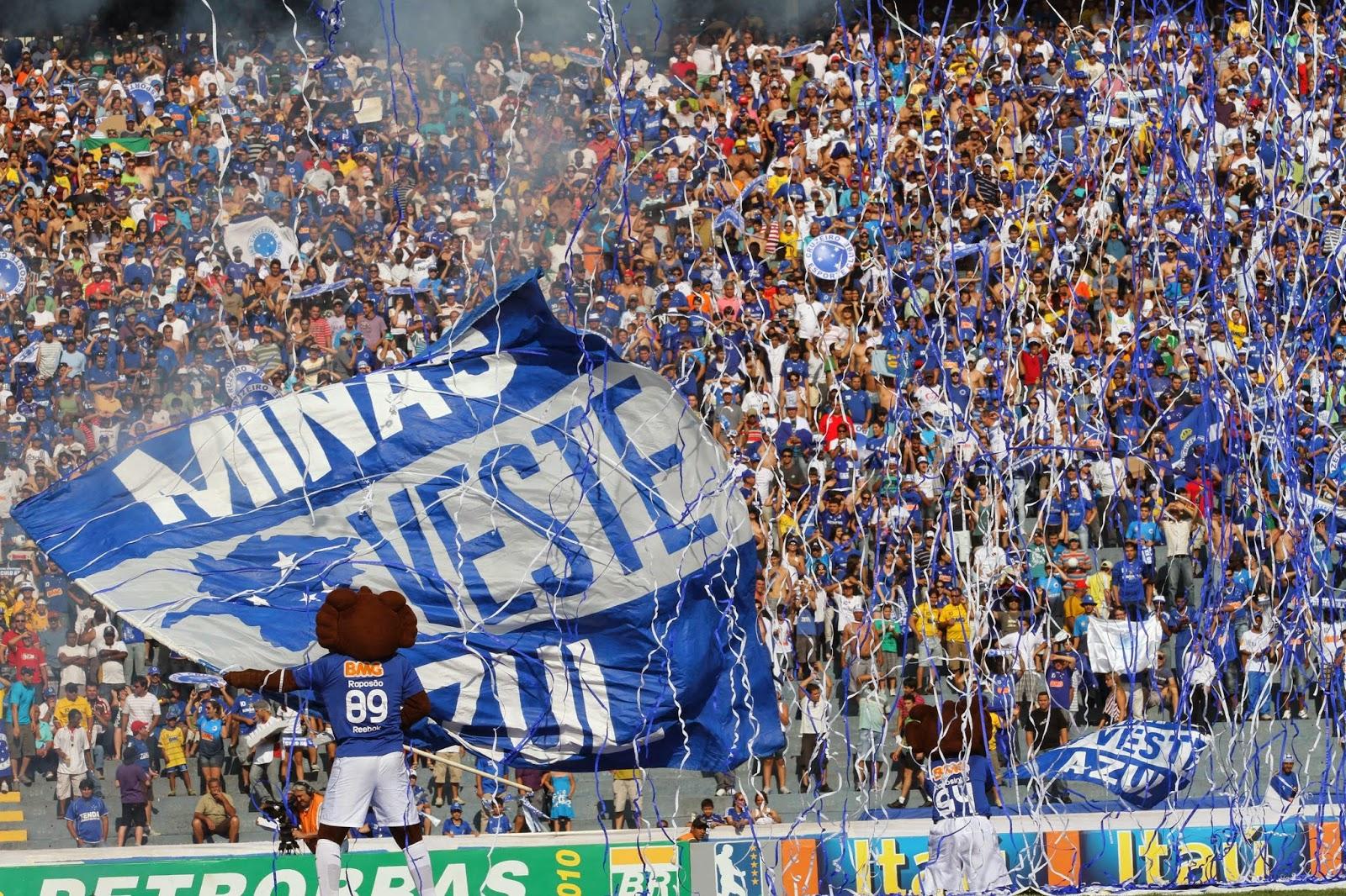 Torcida do Cruzeiro com bandeira e mascote Raposa