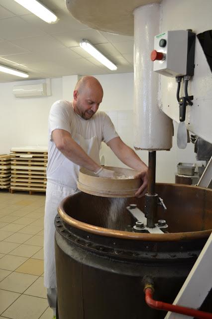 De nougatier zeeft aardappelmeel bij het mengsel voor de binding