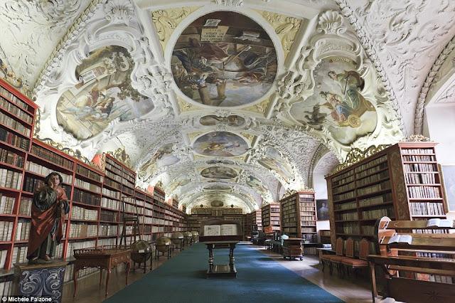 La Sala Teológica dentro de Strahov Biblioteca en Praga
