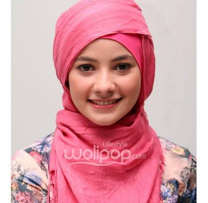 Cara memakai jilbab Pashmina Kreasi dengan aksen topi selesai