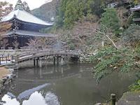 この池の上に大梵鐘がある。