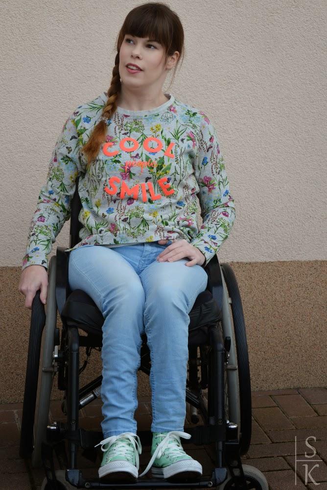 """Outfit """"Lässiges Blumen-Print"""" bestehend aus einem Print-Sweatshirt von Esprit, einer Jeans aus dem H&M und mintfarbenen Chucks von Converse"""