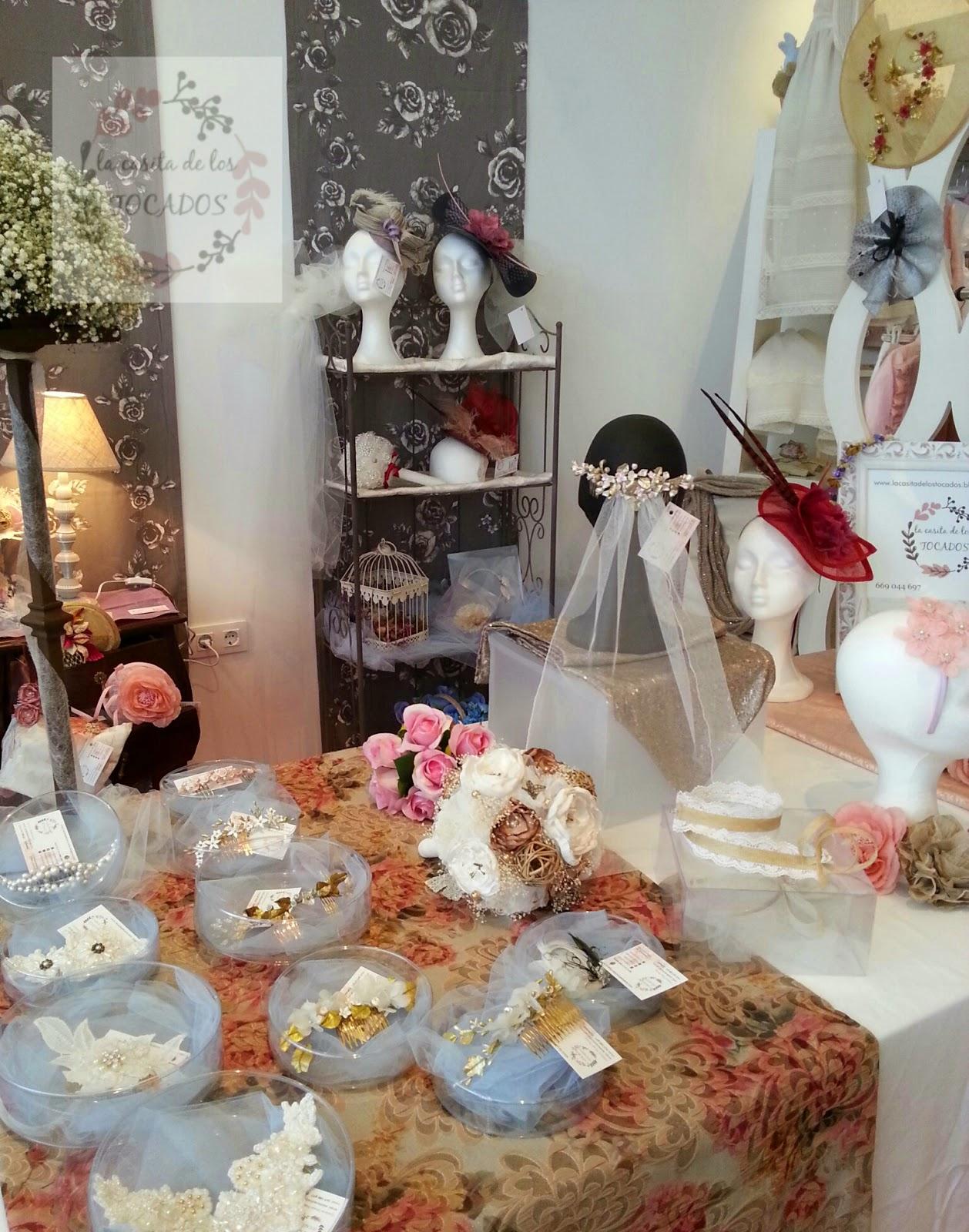 stand con tocados, peinetas de porcelana, guipur, diademas, pamelas y otros complementos de boda