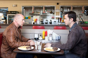 Bruce Willis y Joseph Gordon-Levitt en Looper