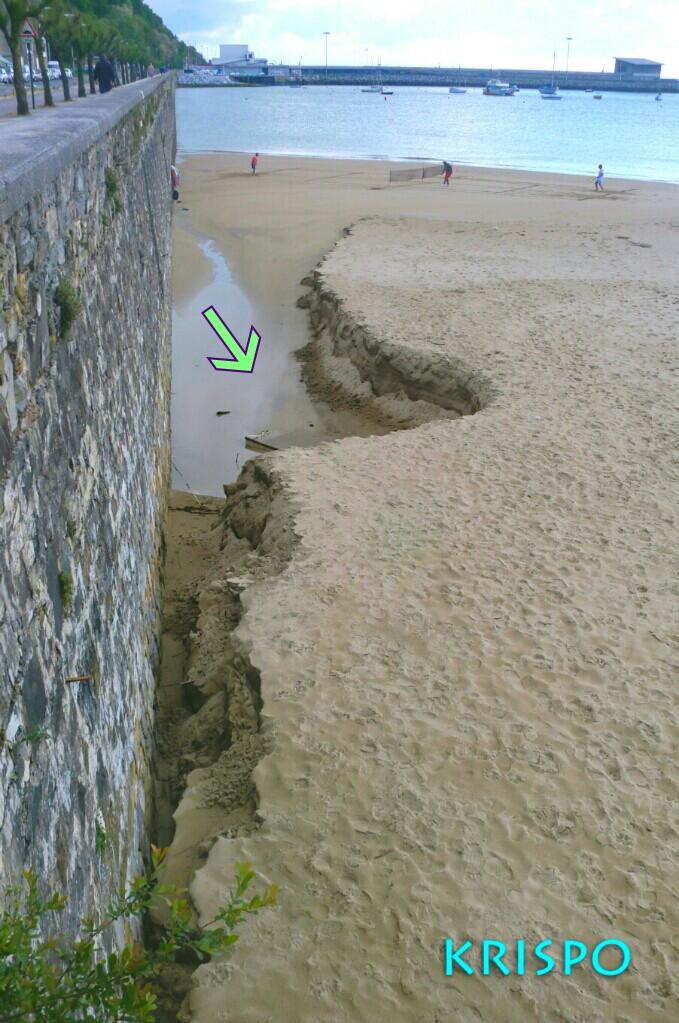 barca enterrada descubierta por temporal en playa de hondarribia