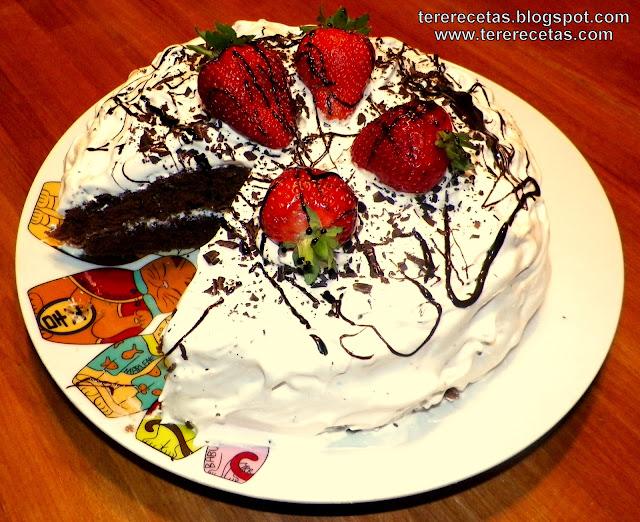 Tarta de chocolate con cubierta y relleno de merengue.