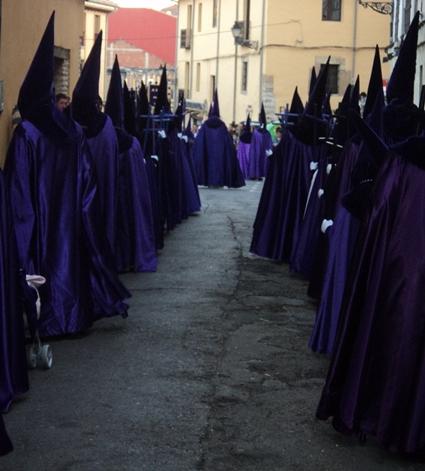 Hermanos de filas con sus cruces. Real Cofradía de Jesús de Divino Obrero. Foto G. Márquez