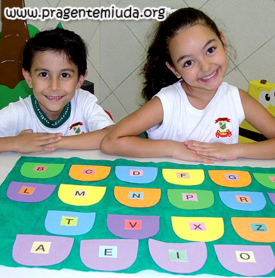 tapete feito em eva para trabalhar famílias silábicas e ajudar na alfabetização