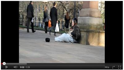 英女王 街頭行乞 - 「英女王」街頭行乞 每小時賺12英鎊