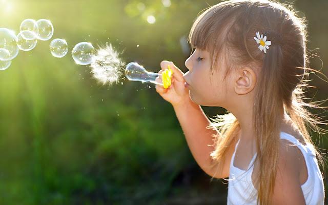 Niña Jugando con Burbujas de Jabon Imagenes de Burbujas