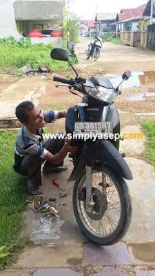 Saat motor Honda Suprafit saya dicek oleh tetangga saya yang baik hati dengan ikhlas memeriksa.  Ternyata Businya yang bermasalah.   Foto Asep Haryono