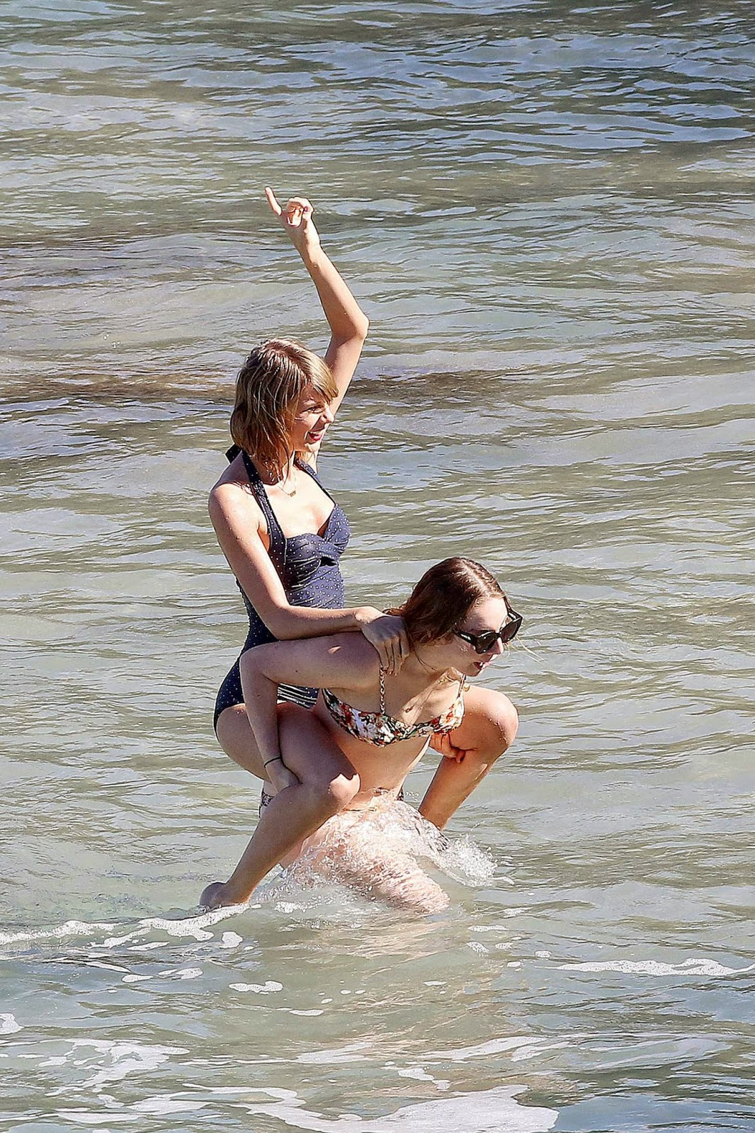 صور تايلور سويفت في ملابس السباحة على الشاطئ في ماوي