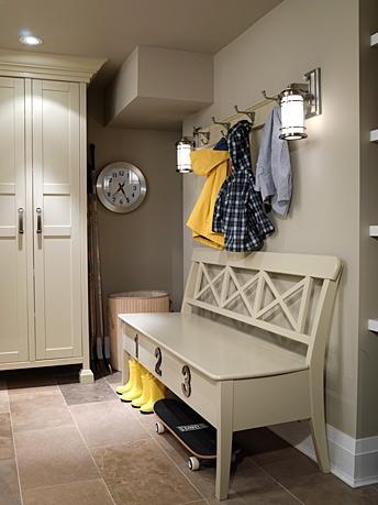 el color beige y topo de las paredes hacen resaltar los muebles en color hueso pocos objetos y todos prcticos un armario ropero para dejar los abrigos y