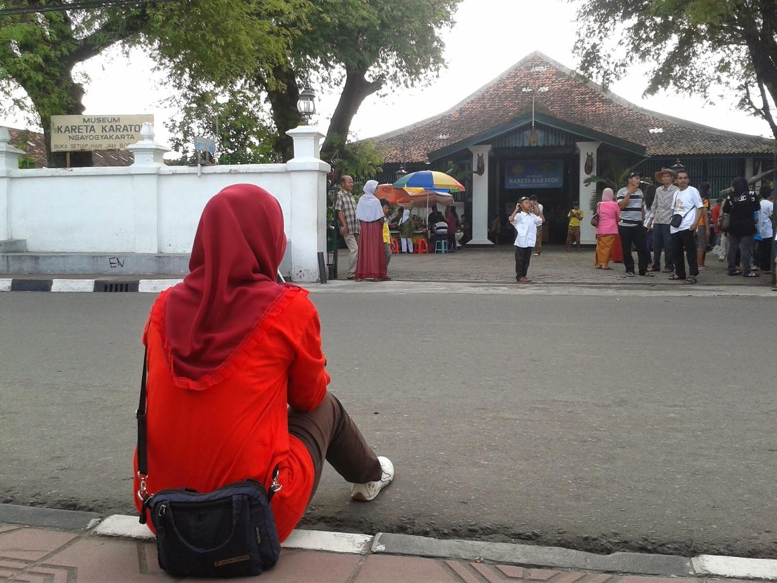 Menunggu teman di depan pintu gerbang Museum Kareta Keraton