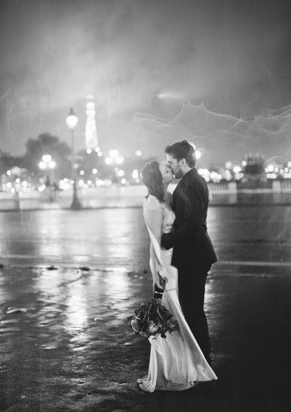 Hình ảnh Hôn nhau dưới mưa thật lãng mạn