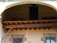 Detall del balcó dins la galeria coberta de Postius