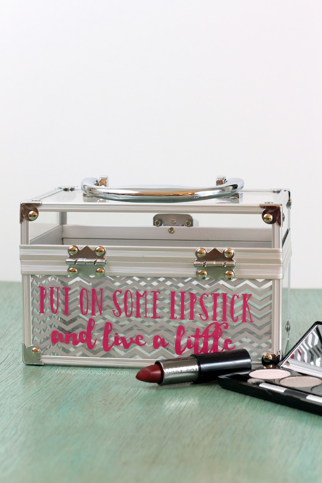 A cute personalized makeup case using vinyl and a Silhouette.  www.pitterandglink.com