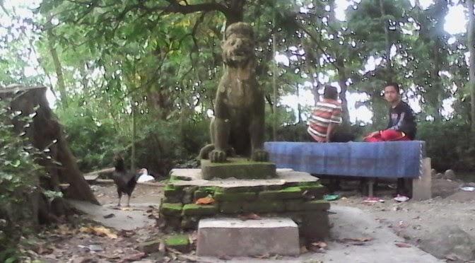 Patung singa bermahkota menyambut orang yang masuk Ndangkrong melalui pintu gerbangnya
