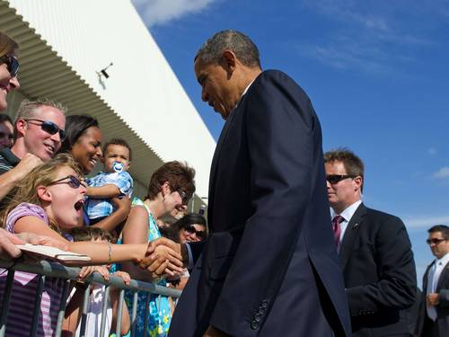 Obama cumprimenta eleitores no aeroporto internacional JFK (Foto: Jim Watson/AFP)