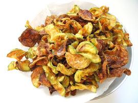 Chips de abobrinha em prateleira de crepes