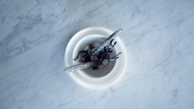 tartar de navaja en conchas comestibles de papel de arroz y pintadas con tinta de calamar
