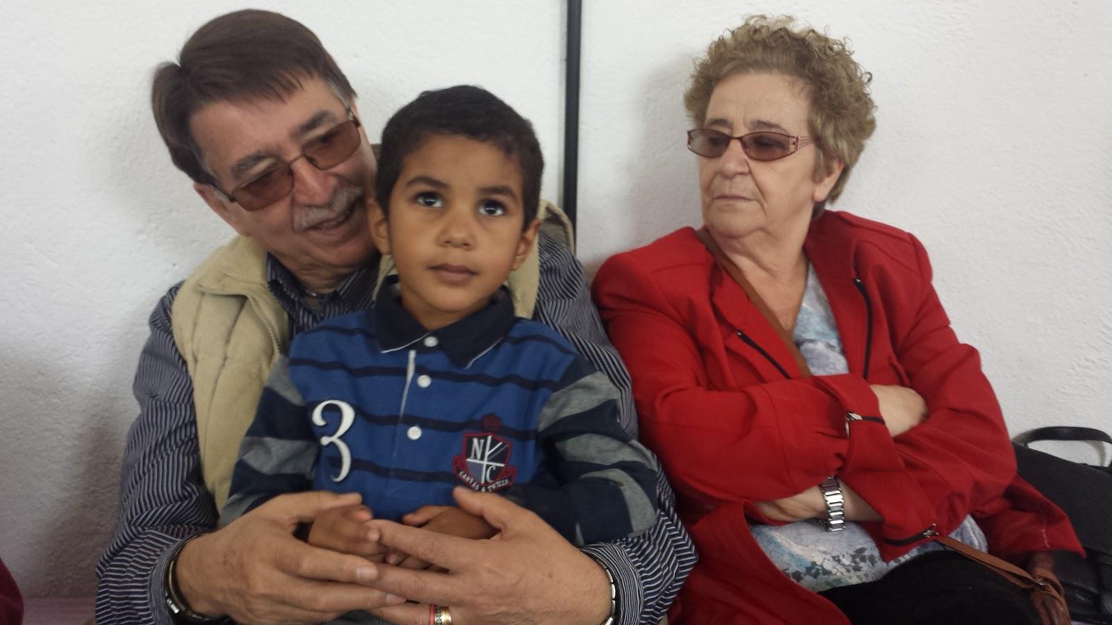 Elhomenajeado Cipriano González, junto a su esposa y nieto saharaui