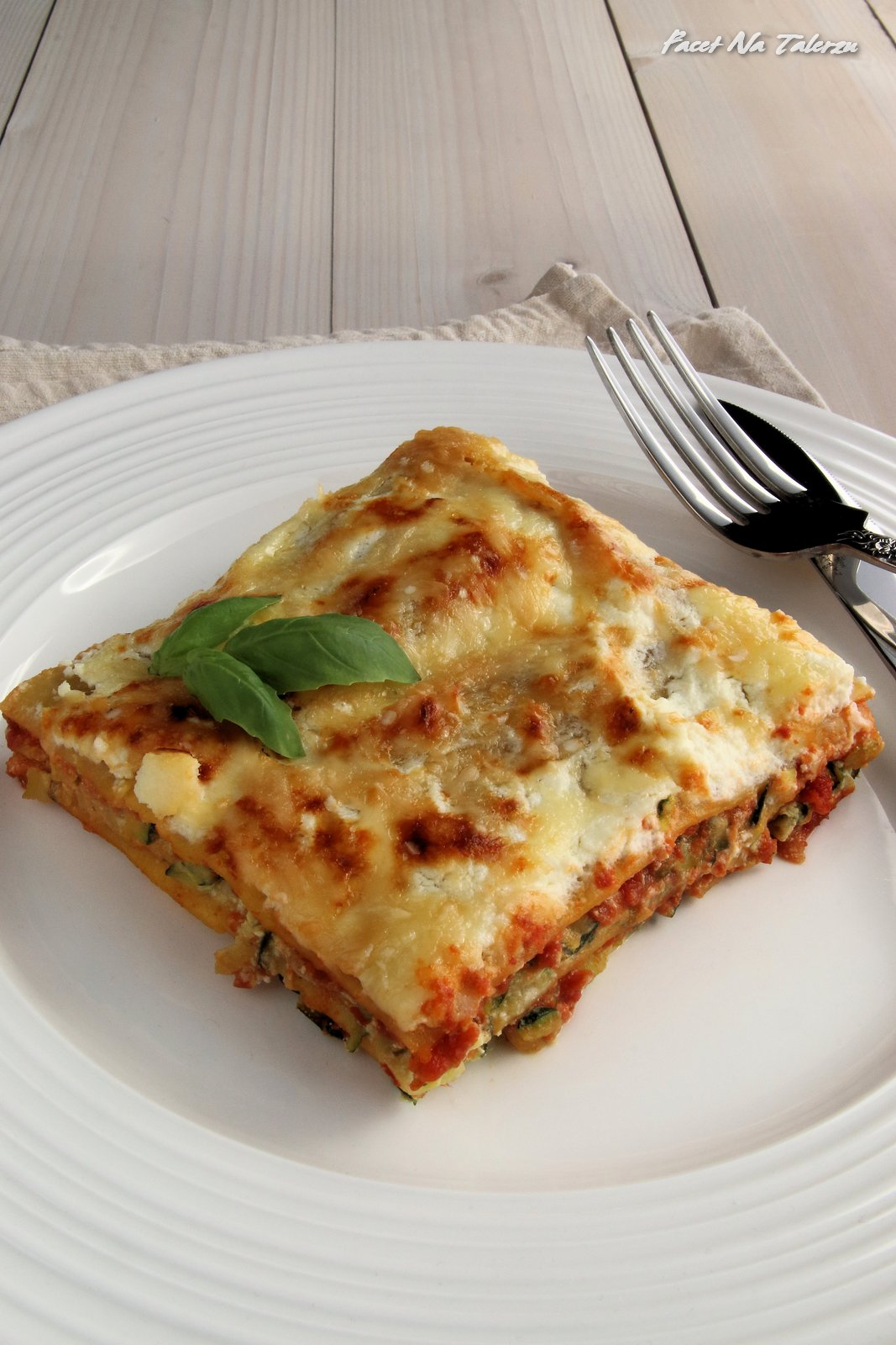 Lasagne Z Cukinia I Serem Ricotta Facet Na Talerzu