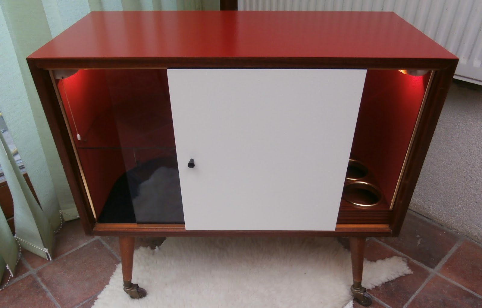 dur e de vie ind termin e meuble bar lumineux rouge et blanc. Black Bedroom Furniture Sets. Home Design Ideas