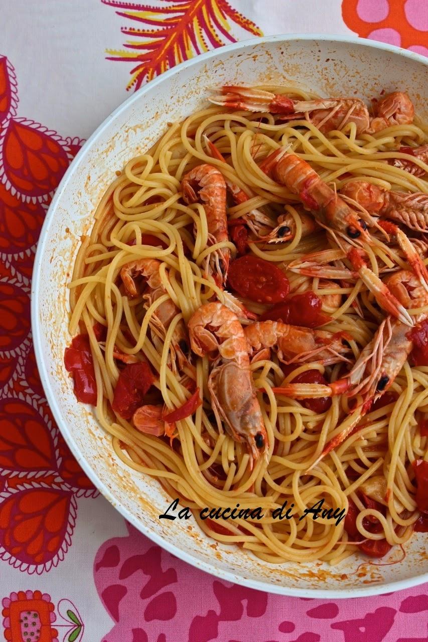 spaghetti con scampi e pomodorino datterino - spaghetti cu langustine si rosioare