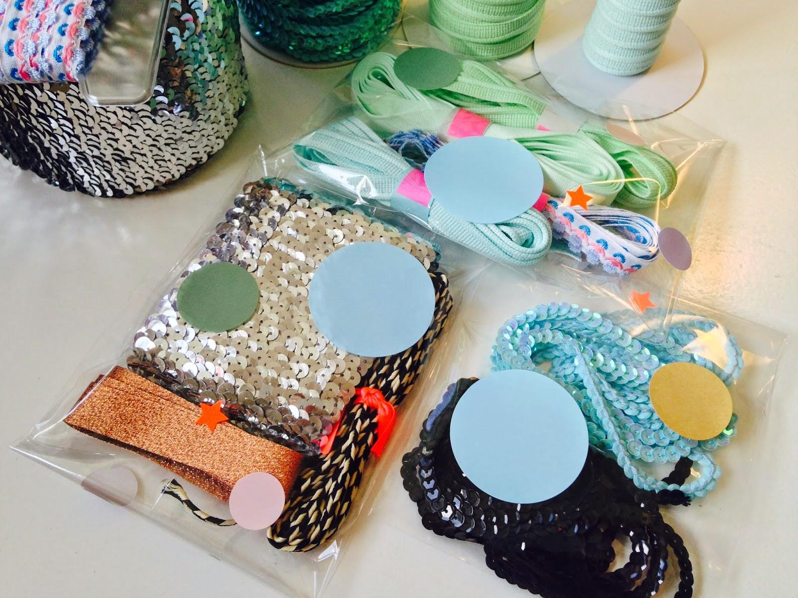 Alle båndene pakkes i cellofanposer pyntet med runde stickers - klar til at putte i boblekuvert og sendes afsted til kunde.